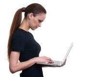 Geschäftsfrau-Gebrauchs-Laptop-Computer Getrennt Lizenzfreies Stockfoto