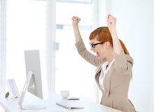 Geschäftsfrau gefreut in ihrem Büro Lizenzfreies Stockfoto