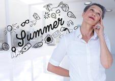 Geschäftsfrau gegen Sommergekritzel und undeutliches weißes Büro Lizenzfreies Stockbild