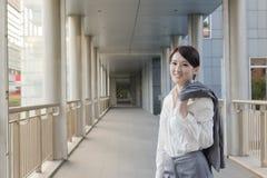 Geschäftsfrau gehen weg von der Arbeit stockbild