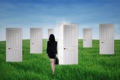 Geschäftsfrau geht in Gelegenheitstüren lizenzfreie stockfotos