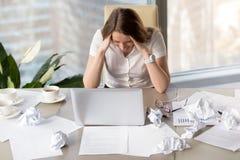 Geschäftsfrau geht wegen der fehlenden Frist wütend lizenzfreie stockfotos