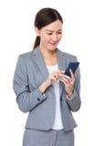 Geschäftsfrau gelesen auf dem Mobiltelefon lizenzfreie stockfotos