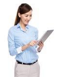 Geschäftsfrau gelesen auf digitaler Tablette lizenzfreie stockbilder
