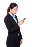 Geschäftsfrau gelesen auf Mobiltelefon lizenzfreie stockfotos