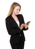 Geschäftsfrau gelesen am Handy stockfotos