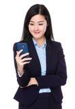 Geschäftsfrau gelesen am Handy lizenzfreie stockfotos