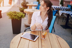 Geschäftsfrau genießt Geräte Stockfotografie
