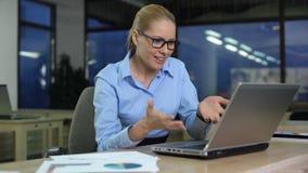 Geschäftsfrau gereizt unter Verwendung des festen Laptops, wütend über Datenverlust, Software-Fehler stock footage