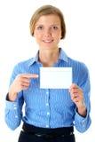 Geschäftsfrau hält die weiße Karte an, getrennt auf Weiß Stockbilder
