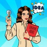 Geschäftsfrau hält eine Glühlampe Kreatives Ideengeschäft Pop-Art Lizenzfreie Stockfotos