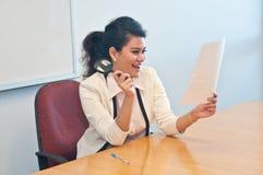 Geschäftsfrau hält Vergrößerungsglas und ist glücklich Stockbilder