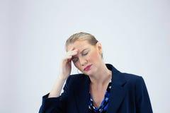 Geschäftsfrau halten rechts zu den Stirn-Augen geschlossen Stockbild