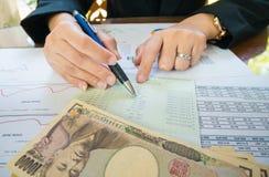 Geschäftsfrau-Handgriffstift und Punkt auf Aussage oder Finanzbericht und Japan-Geld im Geschäftskonzept Stockbilder