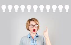 Geschäftsfrau hat eine Idee geistesblitz Ideenkonzept mit Glühlampen Lizenzfreie Stockfotografie