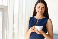 Geschäftsfrau hat Kaffeepause im Büro JPG + vektorabbildung lizenzfreie stockfotografie