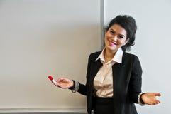 Geschäftsfrau hat keinen Kommentar zum weißen Hintergrund stockbild