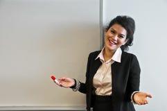 Geschäftsfrau hat keinen Kommentar zum weißen Hintergrund stockfotos