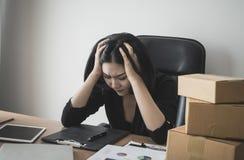 Geschäftsfrau heraus betont mit Arbeit über Schreibtisch stockbild