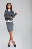 Geschäftsfrau hoding copyspace auf Palme Lizenzfreie Stockfotos