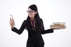 Geschäftsfrau-Holding-Bücher und Digital-Tablette Stockfotos