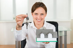 Geschäftsfrau-Holding Key And-Haus-Modell Lizenzfreie Stockfotografie