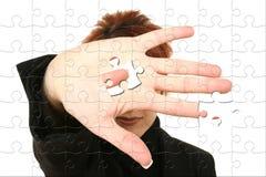 Geschäftsfrau Holding-Puzzlespiel-Stück in der Hand stockfoto