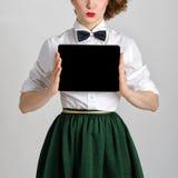 Geschäftsfrau-Holding- und ShowTouch Screen tablet PC mit leerem Bildschirm Lizenzfreie Stockfotos