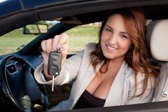 Geschäftsfrau-Holdingautotaste Stockbilder