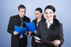 Geschäftsfrau-Holdingdokumentenfaltblatt lizenzfreies stockfoto