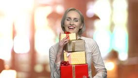 Geschäftsfrau-Holdingstapel von Geschenkboxen stock video