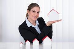 Geschäftsfrau With House Models Lizenzfreies Stockfoto