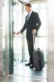 Geschäftsfrau im Aufzug Stockfoto