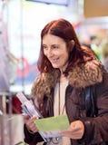 Geschäftsfrau im Ausstellungsraum lizenzfreies stockfoto