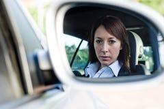 Geschäftsfrau im Auto Stockfotografie