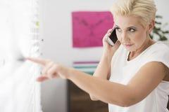 Geschäftsfrau im Büro Lizenzfreie Stockbilder