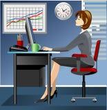 Geschäftsfrau im Büro, das an Computer arbeitet Stockbild