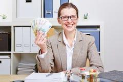 Geschäftsfrau im Büro mit Euro lizenzfreies stockbild