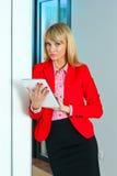 Geschäftsfrau im Bürokorridor mit Tablet-Computer Lizenzfreie Stockfotografie