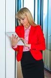 Geschäftsfrau im Bürokorridor mit Tablet-Computer Stockbilder
