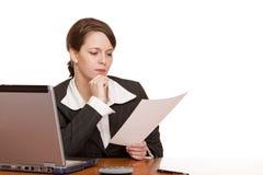 Geschäftsfrau im Bürolesevertrag Stockbilder