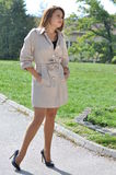 Geschäftsfrau im eleganten Mantel und in den eleganten hohen Hügeln lizenzfreie stockfotos