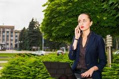 Geschäftsfrau im Freien Stockfotos