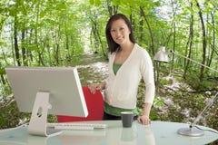 Geschäftsfrau im grünen Büro Stockbilder