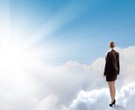 Geschäftsfrau im Himmel Stockbild