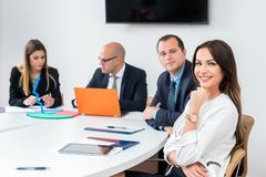 Geschäftsfrau im Konferenzzimmer der Architekturfirma mit coll lizenzfreies stockfoto