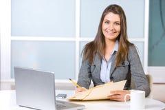 Geschäftsfrau im modernen Büro Lizenzfreie Stockbilder
