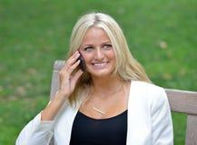 Geschäftsfrau im Park Stockfoto