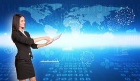 Geschäftsfrau im Profil unter Verwendung der Tablette Stockfoto