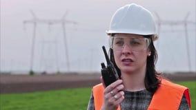 Geschäftsfrau im Schutzhelm sprechend auf Funksprechgerät stock footage